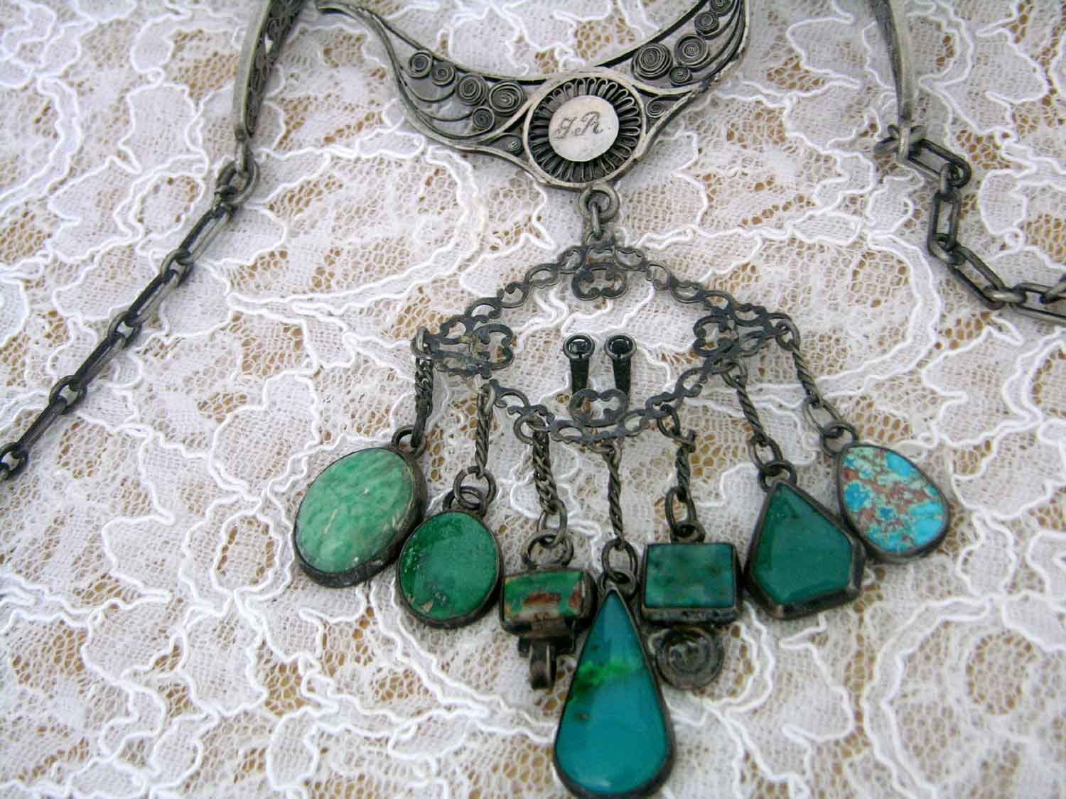SILVER_NECKLACE_FLAT_TURQUOISE_FRONT_CLOSE_UPj_BEAD_FORUM.jpg (132.3 KB)