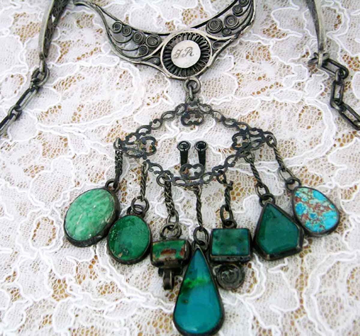 SILVER_NECKLACE_FLAT_TURQUOISE_FRONT_CLOSE_UPj_BEAD_FORUM_vs_lighter.jpg (132.1 KB)